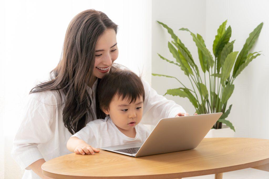 ママと赤ちゃんとパソコン